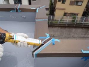 品川区 集合住宅 屋上防水 アルミ笠木 バックアップ材の間にシーリング材充填・均し写真