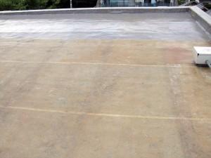 世田谷区集合住宅屋上防水工事 FRP防水中塗り施工中01写真