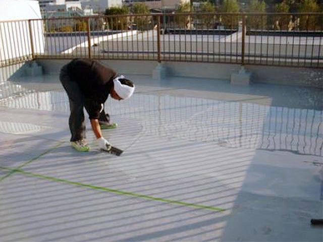横浜市港北区屋上防水 平場ウレタン防水1層目施工中02写真