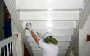 鉄骨階段上げ裏の塗装:ケレン・清掃