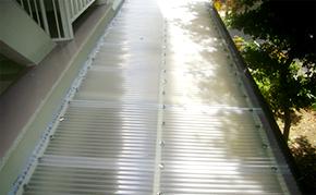 駐輪場屋根塗装:ポリカ波板復旧